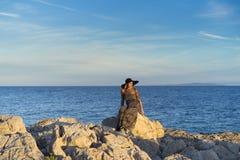 Mujer caucásica rubia hermosa al aire libre en el mar adriático en Croacia Europa Fotografía de archivo