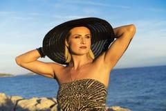 Mujer caucásica rubia hermosa al aire libre en el mar adriático en Croacia Europa Imágenes de archivo libres de regalías