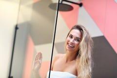 Mujer caucásica rubia hermosa que presenta en cuarto de baño con el pelo mojado imágenes de archivo libres de regalías