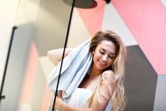 Mujer caucásica rubia hermosa que presenta en cuarto de baño con el pelo mojado fotos de archivo libres de regalías
