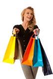 Mujer caucásica rubia joven hermosa que celebra compras vibrantes Imagen de archivo libre de regalías