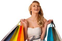 Mujer caucásica rubia joven hermosa que celebra compras vibrantes Imagen de archivo