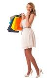 Mujer caucásica rubia joven hermosa que celebra compras vibrantes Imágenes de archivo libres de regalías