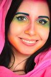 Mujer caucásica sonriente de los jóvenes con maquillaje colorido y el mantón principal rosado fotos de archivo