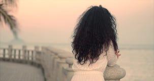 Mujer cauc?sica maravillosa que mira vista al mar la puesta del sol Muchacha hermosa joven que disfruta de la naturaleza, mirando metrajes