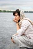 Mujer cerca de la orilla del agua Foto de archivo libre de regalías