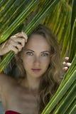Mujer cerca de la palma Foto de archivo