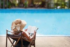 Mujer cerca de la piscina en balneario Fotos de archivo