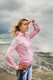 Mujer cerca de la playa Imagenes de archivo