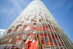 Mujer cerca de la torre de Agbar en Barcelona Imagenes de archivo