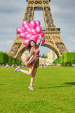 Mujer cerca de la torre Eiffel en París con los globos Imágenes de archivo libres de regalías