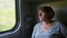 Mujer cerca de la ventana en el tren metrajes