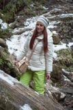 Mujer cerca de rastros de una montaña Foto de archivo libre de regalías