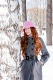 Mujer cerca de un abedul en invierno en un parque Imágenes de archivo libres de regalías