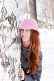 Mujer cerca de un abedul en invierno en un parque Imagen de archivo