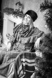 Mujer cerca del árbol de navidad Imagen de archivo