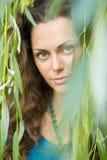 Mujer cerca del árbol de sauce Foto de archivo