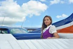 Mujer cerca del aeroplano Foto de archivo