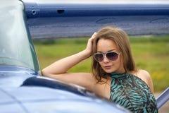 Mujer cerca del aeroplano Fotografía de archivo