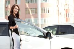Mujer cerca del coche blanco Foto de archivo libre de regalías