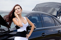 Mujer cerca del coche quebrado Imagenes de archivo