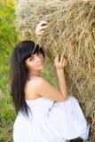 Mujer cerca del haystack. Fotografía de archivo