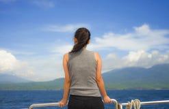 Mujer china asiática atractiva y feliz en la nave o el transbordador de la excursión que mira el océano y la isla que goza de la  Imagenes de archivo