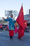 Mujer china asiática con la bandera en el 115o dragón de oro anual Imagen de archivo