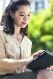 Mujer china asiática con la tableta Imágenes de archivo libres de regalías