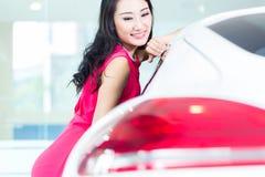 Mujer china asiática que compra el coche de SUV imagen de archivo