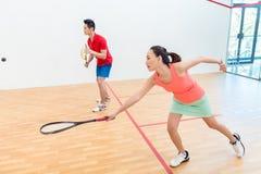 Mujer china competitiva que sostiene la estafa durante un juego de la calabaza fotos de archivo