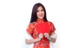 Mujer china con el bolsillo rojo por Año Nuevo chino Fotos de archivo libres de regalías