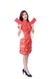 Mujer china con el bolsillo rojo por Año Nuevo chino Imagen de archivo libre de regalías