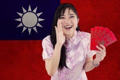 Mujer china con el sobre y la bandera de Taiwán Imagen de archivo libre de regalías