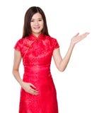 Mujer china con la palma abierta de la mano foto de archivo libre de regalías