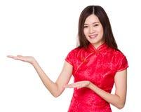 Mujer china con la palma abierta de la mano dos Fotos de archivo libres de regalías