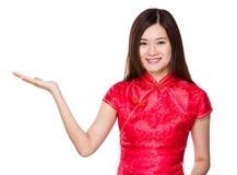 Mujer china con la presentación de la mano Fotos de archivo