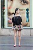 Mujer china de moda delante de los cosméticos tienda, Shangai, China Fotos de archivo libres de regalías