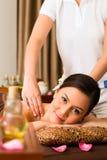 Mujer china en el masaje de la salud con aceites esenciales imagenes de archivo