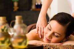 Mujer china en el masaje de la salud con aceites esenciales Fotos de archivo