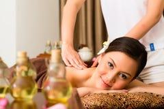 Mujer china en el masaje de la salud con aceites esenciales fotografía de archivo
