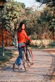 Mujer china en el parque Imágenes de archivo libres de regalías