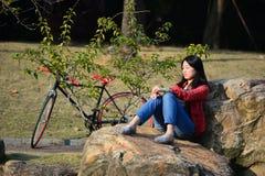 Mujer china en el parque Fotografía de archivo libre de regalías