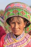 Mujer china en el traje tradicional de Miao durante el festival de la flor de la pera de Heqing Qifeng Imagenes de archivo