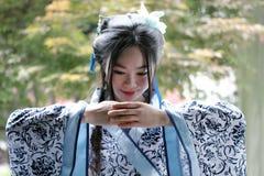 Mujer china en el vestido azul y blanco tradicional de Hanfu del estilo de la porcelana imagen de archivo