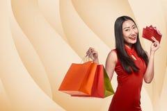 Mujer china en el vestido del cheongsam que sostiene el panier Imágenes de archivo libres de regalías