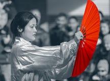 Mujer china femenina con la fan roja Imágenes de archivo libres de regalías