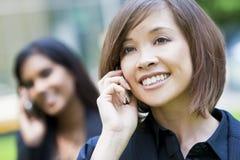 Mujer china hermosa en su teléfono celular Imágenes de archivo libres de regalías