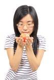 Mujer china joven que sostiene una manzana fotografía de archivo libre de regalías