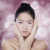 Mujer china magnífica en fondo del bokeh Fotos de archivo libres de regalías